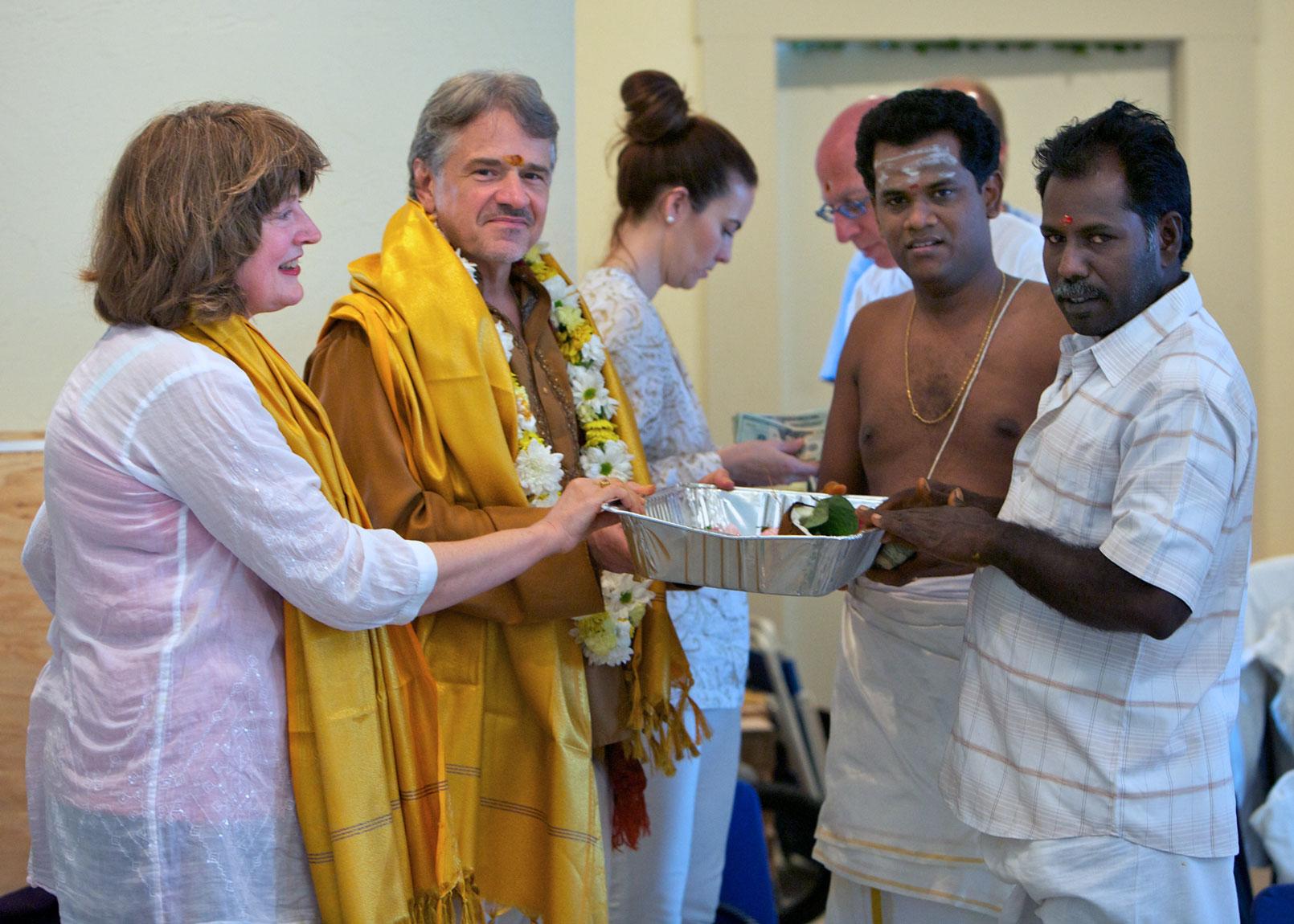 Shilpi Vaithiya Nathan accepts dakshina.