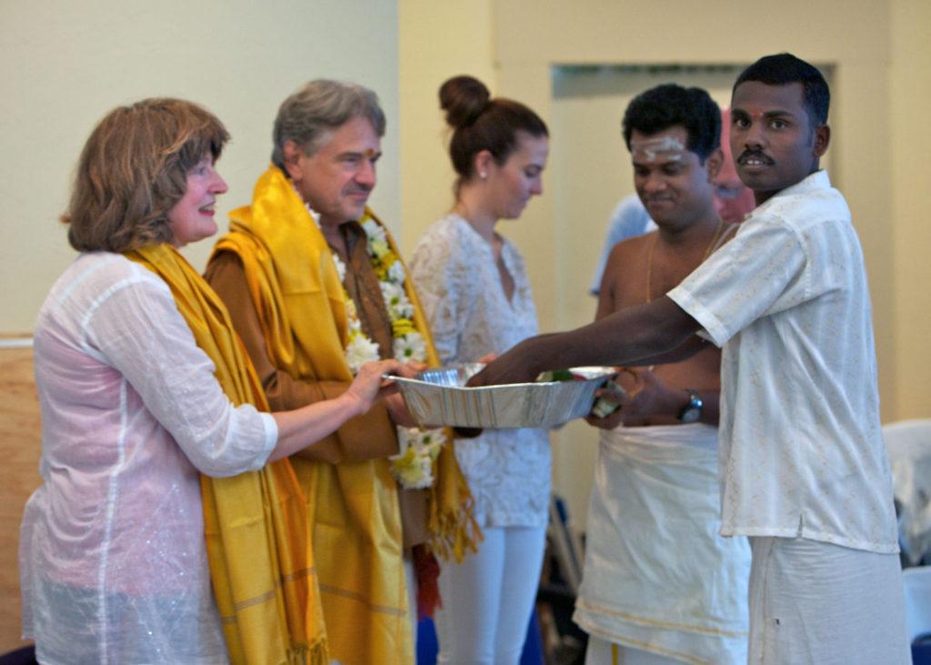 Shilpi Kumar receiving dakshina.